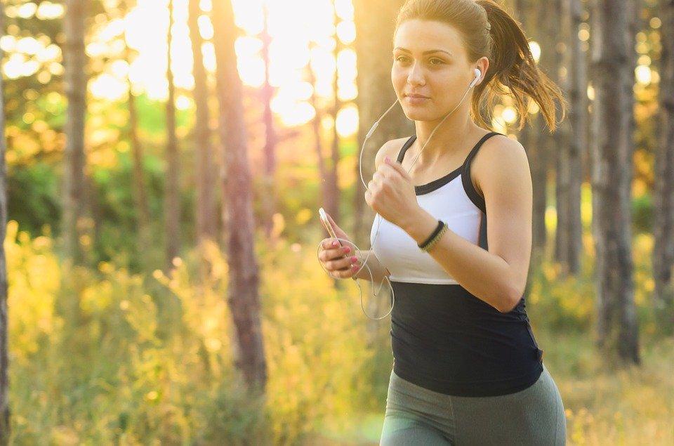 música y ejercicio mujer corriendo